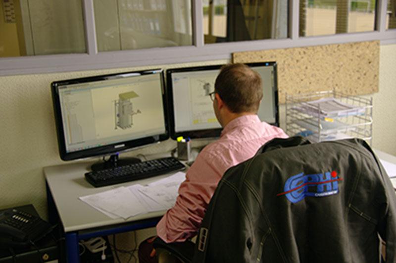 photo d'un employé cephi dans le bureau d'études